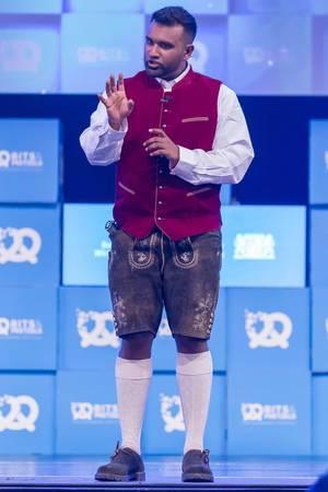 Dan Ram in Lederhosen auf der Bühne vom Bits & Pretzels Festival in München