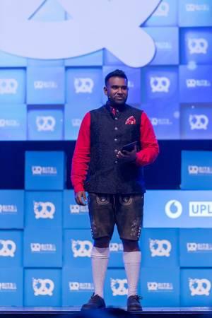 Dan Ram mit Tablet auf der Bühne