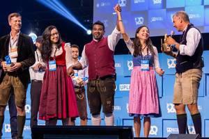 Dan Ram und die Finalisten vom Bits & Pretzels Startup-Wettbewerb in Lederhosen und Dirndl