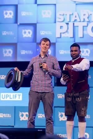 Dan Ram und junger Mann präsentieren eine Erfindung auf der Bühne