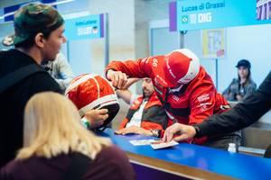 Daniel Abt singing fan's Niki Lauda tribute helmet