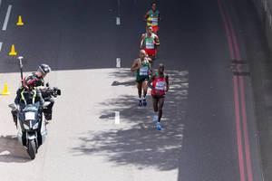 Daniel Kinyua Wanjiru und weitere Läufer (Marathon Finale) bei den IAAF Leichtathletik-Weltmeisterschaften 2017 in London