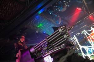 Darstellerin steuert einen Roboter mit Miniguns - Robot Restaurant in Shinjuku, Tokyo
