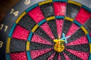 Dart-Zielscheibe und zwei Darts in der Mitte