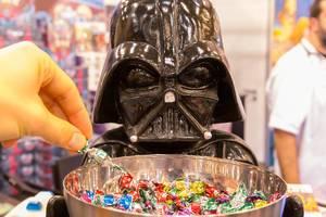 Darth Vader Figur mit einer Schale für Süßigkeiten davor