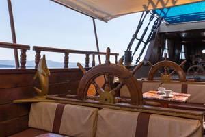 Das Deck eines griechischen Ausflugsschiffes mit Rudern als Rückenlehne