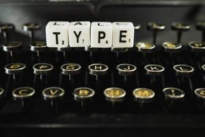 """Das englische Wort """"Type"""" - tippen - dargestellt auf Würfeln"""