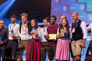 Das Finale des Bits & Pretzels Startup-Wettbewerb 2019: die Teilnehmer auf der Hauptbühne mit Dan Ram