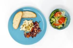 Das Hello Fresh Gericht - Gebackener Hirtenkäse an Tomatengemüse dazu Knoblauchfladenbrot und ein frischer Salat
