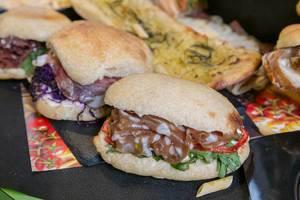 Das Italien Sandwich des Tages - Porcetta mit Mozzarella, getrockneten Tomaten und Rucola