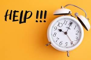 Das Konzept von Hilfe: Weißer Wecker mit dem Text 'Help!!!' vor gelbem Hintergrund
