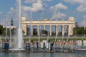 Das Museum im Gorki-Park mit Fontänen im Vordergrund