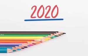 """Das neue Jahr kommt: Buntstifte und """"2020"""" Text auf weißem Hintergrund"""
