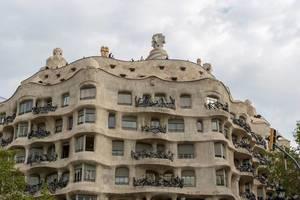 """Das """"Casa Milà La Pedrera"""" von Antoni Gaudi, im Hundertwasser-Stil in Barcelona, Spanien steht auf der Unesco-Liste der Weltkulturerbe"""