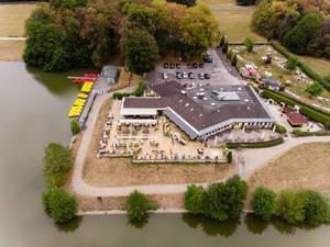 Das Restaurant Haus am See, Bootsverleih und Minigolfanlage aus der Luft fotografiert