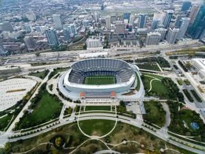 Das Stadion Soldier Field und Chicagos Hochhäuser aus der Vogelperspektive