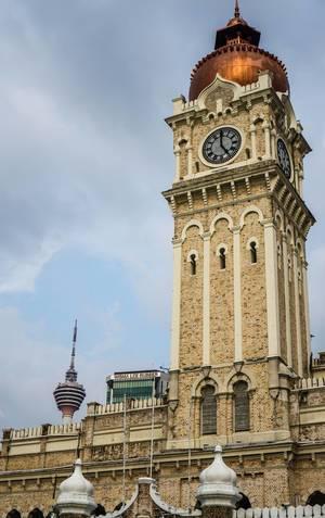 Das Sultan Abdul Samad Gebäude mit Turm und KL Turm im Hintergrund in Kuala Lumpur