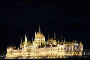 Das ungarische Parlamentsgebäude in Budapest bei Nacht