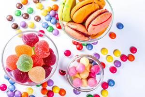Das verschiedenfarbige Gelee-Gelee und die Schokoladen mit Keksmakronen