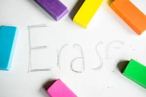 Das Wort ERASE teilweise radiert mit Radiergummi
