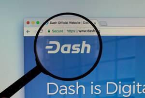 Dash-Logo am PC-Monitor, durch eine Lupe fotografiert