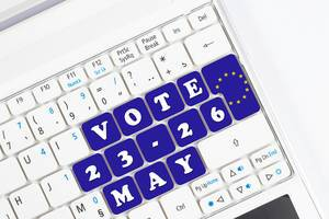 Datum der EU-Wahlen mit Text VOTE als blaue Tasten auf weißer Computertastatur
