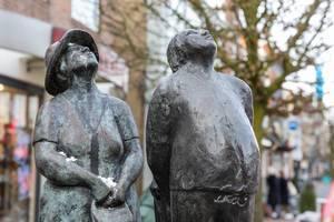 """De trije toeriste: """"Makke Troch"""" Skulpturen aus Bronze von Künstlerin Annet Haring aus dem Jahr 1982, in Joure, Niederlande"""