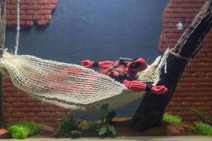 Deadpool Figur in einem Aquarium