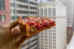 Deep Dish Pizza von Pizzeria Uno, wo die Chicago-style Pizza mit dem hohem Rand erfunden wurde