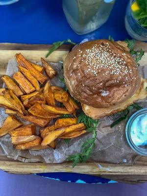 Deep fried Halloumi-Burger im Augustin: Halloumi, Rucola, rote Zwiebel, Tomate, Dijonnaise, Süßkartoffel Fries, Joghurt-Minz Dip