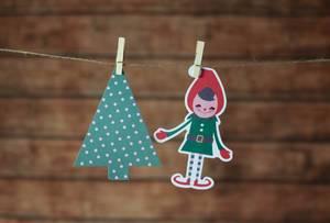 Deko Christbaum und Weihnachtshelferin mit Klammern an Leine