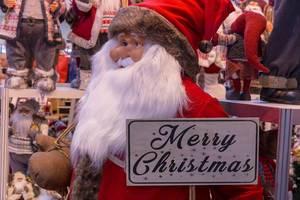 """Deko Weihnachtsmann mit prächtigem Bart und """"Merry Christmas"""" Holztafel"""