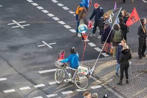 Demonstrant mit auffälligem Fahrrad mit Fahnen