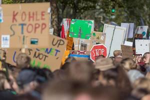 Demonstration für den Klimaschutz: Alles fürs Klima-Protestzug mit Demoschildern in Köln