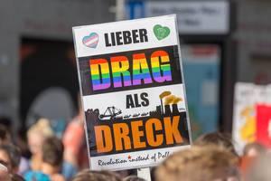 """Demoschild mit """"Lieber Drag als Dreck"""" Schriftzug auf Kölns Klimastreik"""