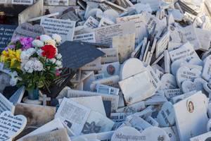 Denkmäler mit Blumen am Fuße der Jose Thomas de Sousa Martins Statue