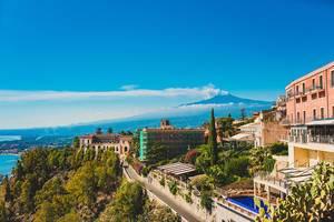 Der Ätna mit dem Mittelmeer von der schönen Sizilianischen Stadt Taormina