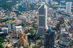 Der Blick vom KL Turm auf die Straßen uns Gebäude von Kuala Lumpur