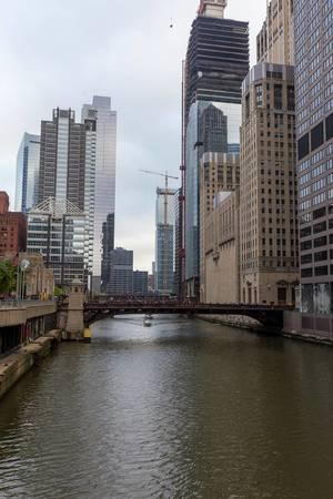 Der Chicago River fließt durch The Loop, den zweitgrößten Geschäftsbezirk in den USA