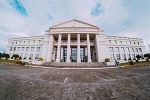 Der Eingang des Regierungsgebäudes in Bacolod City
