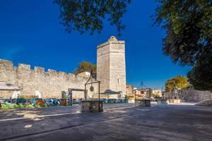 Der Fünf-Brunnen-Platz und der Kapitänsturm in der Stadt Zadar in Kroatien