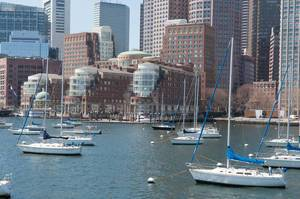 Der Hafen Boston mit Segelbooten in Boston, USA