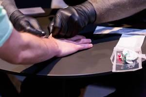 Der Implantationsvorgang von Biohax eines NFC Chips in die Hand
