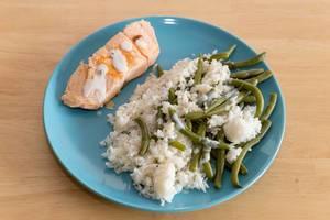 Der Inhalt der Prep My Meal Abnehm-Box - Lachs mit Reis und grünen Bohnen auf einem Teller