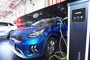 Der Kia Niro mit Plug-in-Hybrid-Technologie wird geladen