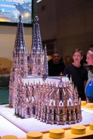 Der Kölner Dom aus Legosteinen