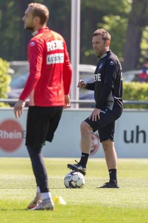 Der neue 1. FC Köln Trainer André Pawlak beobachtet seine Mannschaft während des Trainings