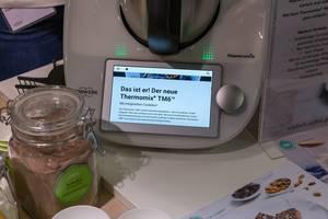Der neue Thermomix TM6 multifunktionale Küchenmaschine mit Schoko Proteinpulver auf der Fibo-Messe Köln