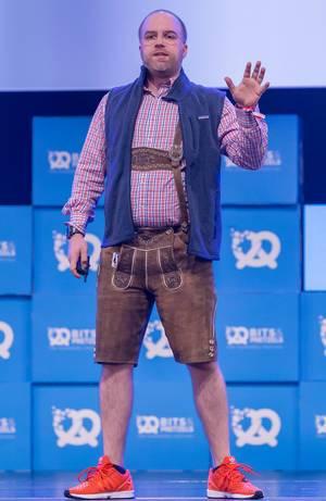 Der Pitch Doktor - Cristoph Sollich in traditionell bayrischen Lederhosen auf der Bühne als Sprecher auf dem Bits & Pretzels Festival in München