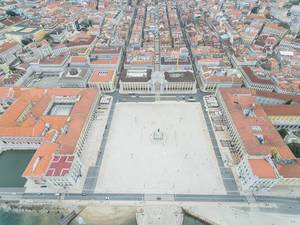 Der Platz Praça do Comércio in Lissabon, Portugal (Drohnenfoto)